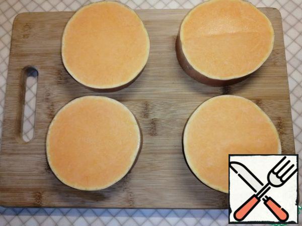 Cut the pumpkin into 2-2. 5 cm circles.