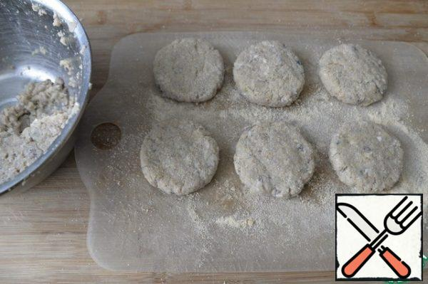We make cutlets, I prefer a round shape, breaded in breadcrumbs. From this amount, 8 pieces were obtained.