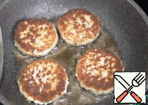 Fry the cutlets on medium heat on both sides until Golden, bring to readiness under the lid, the total frying time is about 15 minutes.