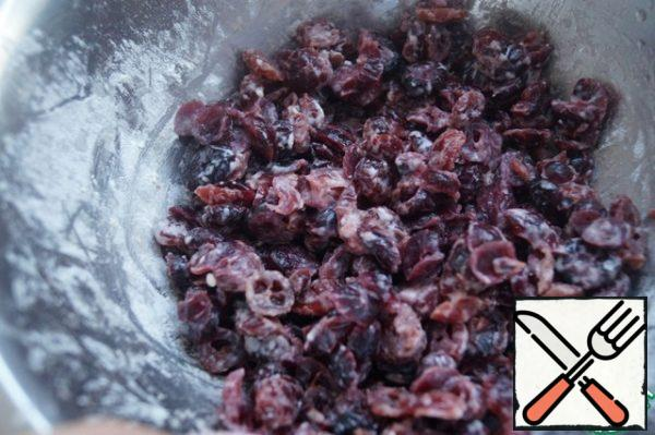 Wash the cranberries, dry them and roll them in flour.