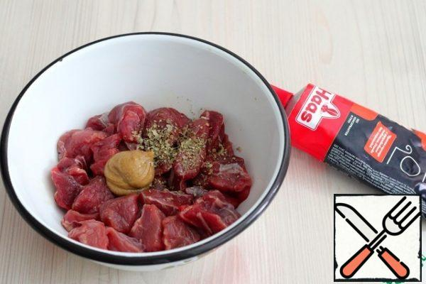 Beef (400 gr.) cut into cubes. In a bowl with meat add mustard, add marjoram 1/2 tsp. Massage the beef pieces, spreading the mustard and marjoram evenly.