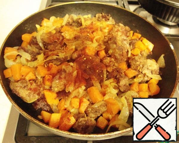 Add the fried onion and pumpkin to the finished liver. Then paprika, pepper and salt. Stir, cover with a lid and on low heat to hold for a minute or two.