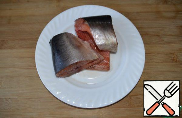 To prepare these cutlets, you can take any fish of the salmon species. I have pink salmon. I did half of the specified rate.
