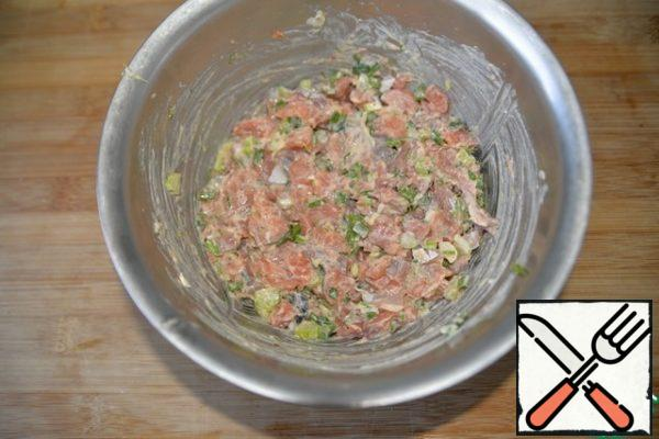 Mix the chopped fish with herbs and mayonnaise with mustard and additives. Mix well and leave to marinate for 30 minutes. You can prepare it in advance and put it in the refrigerator.