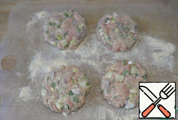 Next, we form cutlets, I have round ones. They keep their shape well and do not fall apart. Breaded in breadcrumbs.