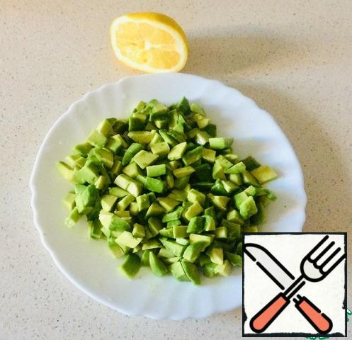 Cut both avocados into the same 1x1 cm cubes. Lightly drizzle with half a lemon to avoid darkening.