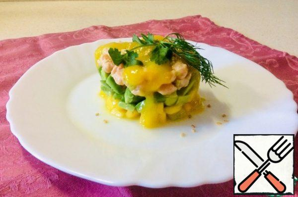 Before serving, collect the rainbow snack in a ring or mold. Approximately the same layers: mango on the bottom, avocado in the middle, salmon on top. Pour 1 tsp of mango puree and a few drops of sesame oil over each serving, sprinkle with sesame seeds and garnish with herbs.
