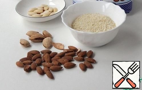 We will need almond flour, it is easy to prepare yourself. Fill the almonds with hot water for a couple of minutes, drain the water, peel the almonds, they are easily separated. Dry the kernels in the oven, grind 50 g of almonds in a coffee grinder or blender, in small portions. Leave 20 g of almonds for the finished cake.
