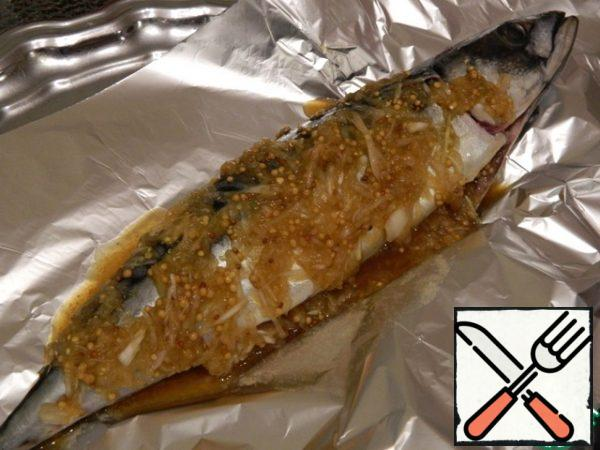 In this sauce, marinate the fish. RUB the marinade on the mackerel inside and out. I wrapped it in foil and left it in the refrigerator overnight. Fish can even be frozen in the marinade and when it is necessary to get and bake.