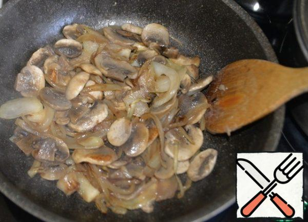 Fry the mushrooms until lightly browned, remove from the pan.