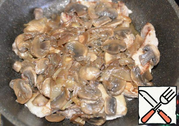 Put the meat in the form in which you will bake. Top with fried mushrooms with onions. If you want to serve a dish in a form, then take a presentable form accordingly. I cooked in the same pan that I fried.