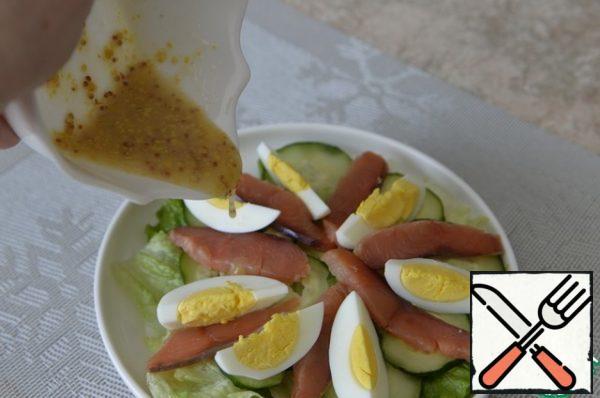Make the dressing. Mix olive oil, lemon juice, salt, sugar and mustard with grains. Pour the salad dressing.