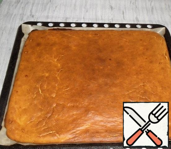 Bake in a preheated oven for 20-25 minutes at 160-180 degrees, focusing on your oven. We check readiness with a skewer - if dry, the cake is ready.