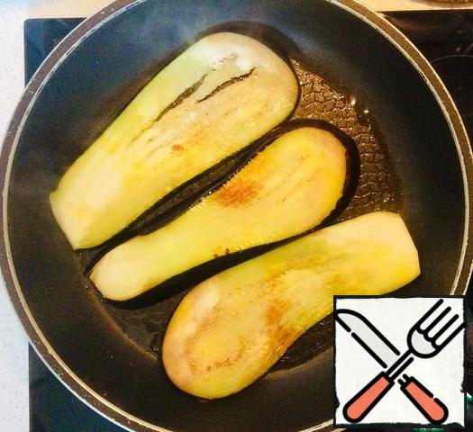 Add salt to the prepared carrot and onion roast, remove from the heat and start frying the eggplant in vegetable oil. To speed up the process, I fried at the same time in 2 pans.