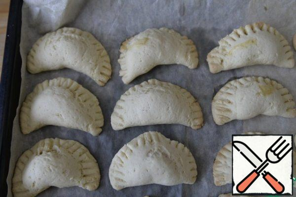 Put the cookies on a baking sheet covered with parchment, put them in a 180-degree oven, and bake for 15 minutes.
