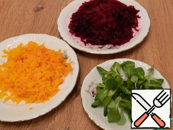 Grate the carrots and beets on a medium grater. Wash the greens. If the beetroot is juicy, squeeze it from the juice, remove excess moisture.