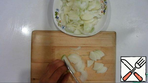 Finely chop the onion and fry in vegetable oil.