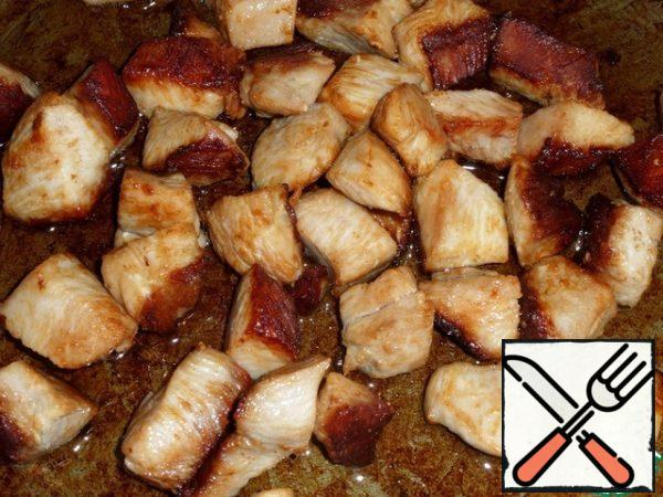 In a preheated frying pan, pour vegetable oil and spread the chopped chicken meat. fry for 7-10 minutes.