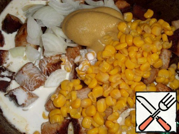 Then add the onion, salt, mustard, corn, cream to the fried meat. Mix the mass.