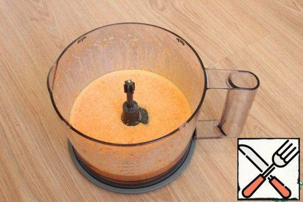 I add vegetable oil, egg, sugar and salt to the carrots. Beat with a blender until smooth.