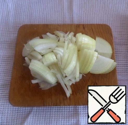 Cut the onion. I'll use mustard to make the casserole.