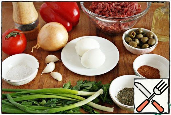 These products will be needed to prepare our flavorful filling. Pepper, onion, tomato should be cut into a 3-4 mm cube. Finely chop the eggs, olives, garlic and herbs.