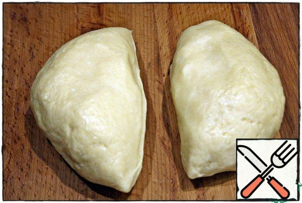 After that, we divide the dough in half, take one part and roll out a layer three millimeters thick.