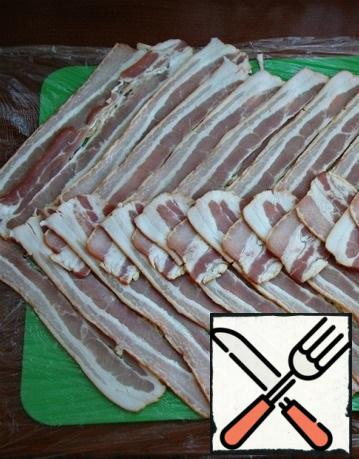 On the food wrap, lay strips of bacon, overlapping, in the form of a Christmas tree.
