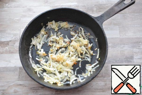 In melted butter, fry the chopped quarter-rings of onions until Golden brown