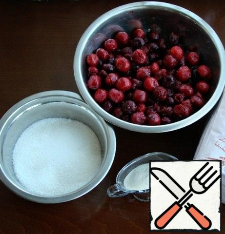 First of all, you need to prepare berry jam. To do this, prepare all the necessary ingredients.
