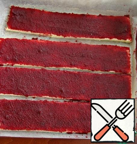 Cut the biscuits into strips, about 7-8 cm wide and evenly grease with jam.