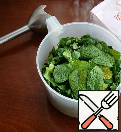 In a bowl, mix the vegetable oil, spinach and mint and beat everything with a blender until smooth.
