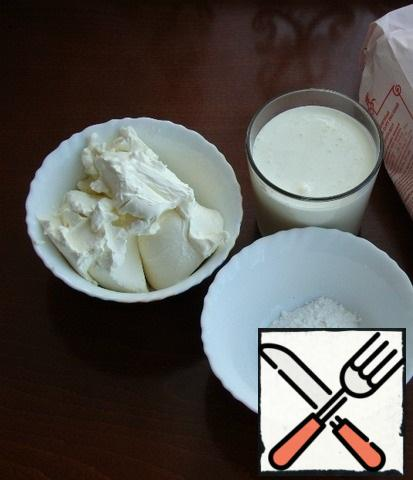 Let's make a cream cheese. Mix the ingredients prepared for this in a bowl: cream, cream cheese, vanilla and powdered sugar. Beat everything into a lush, stable mass.