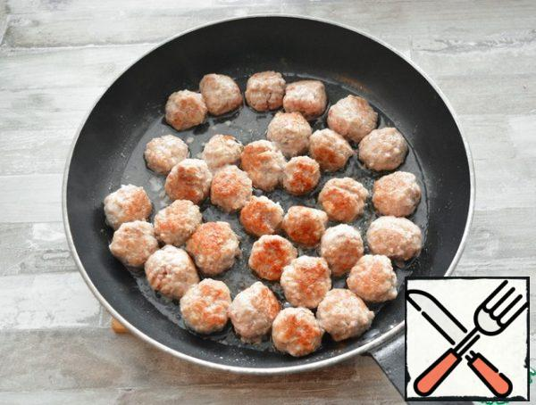 In a frying pan, heat the oil, fry the meatballs on both sides until tender (about 10 minutes). Remove them with a slotted spoon from the pan.If all the meatballs do not fit at once, then fry them in portions. I fried in two stages.