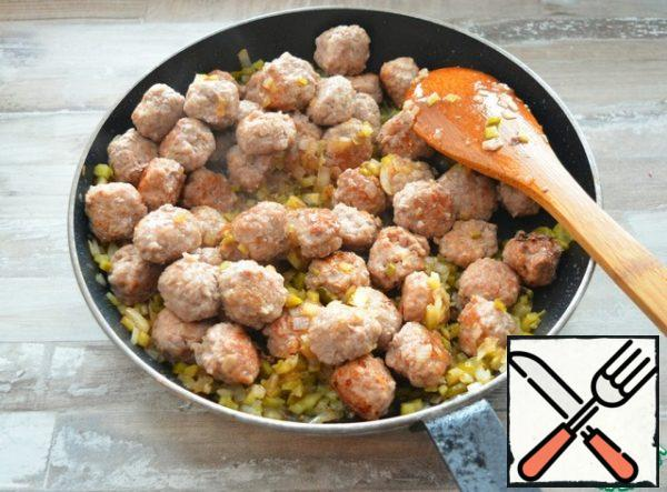 Return the meatballs to the pan