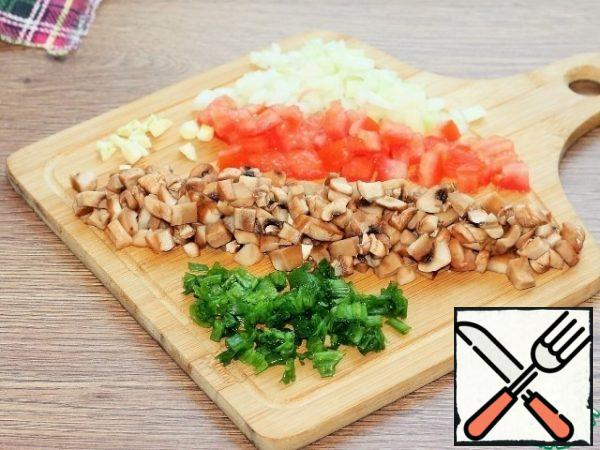 Prepare the products, peel and cut into small cubes: onions, mushrooms, tomatoes without pulp and garlic. Finely chop the green onions.