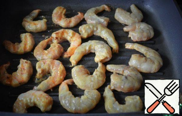 Before serving, quickly fry the prawns on a well-heated grill, literally for a minute, as the last ones were laid out, turn the first ones over.