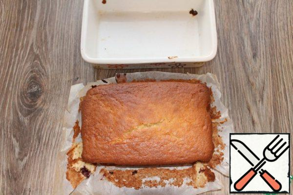Return the cake pan to the oven and bake for another 40-50 minutes. The top should turn red and become dense. Skewer to determine will not work because of the jam, which is in the middle. After cooking, remove the cake from the mold and let it cool completely, otherwise the jam will flow.