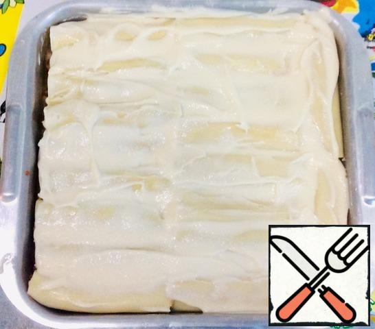Spread the cannelloni on a baking sheet and pour the bechamel sauce.