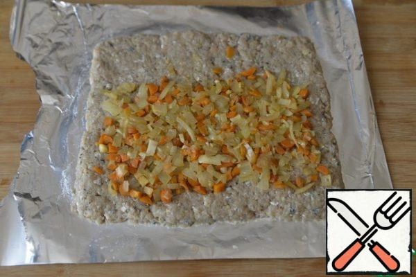 We put the stuffing on the minced fish, retreating from the edges so that it does not come out.