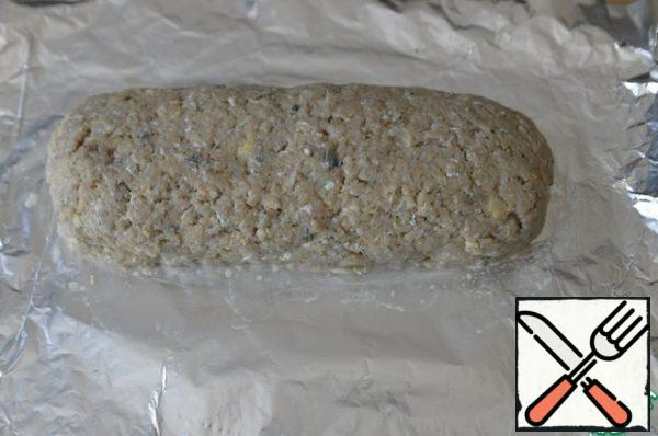 We roll the minced meat with the filling into a roll, helping with foil.