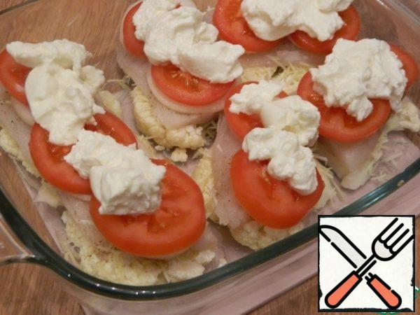 Smear the tomatoes with sauce on top.