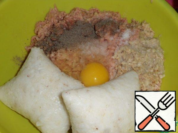 Add boiled rice, egg, 1 tsp salt, ground black pepper to taste in a cup to the minced chicken.