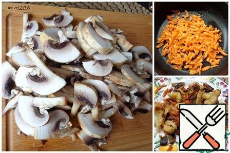 Cut the mushrooms into half-plates. Melt the butter, add the chopped carrots and fry for three minutes, add the mushrooms, salt. Continue to fry for seven minutes, add the cauliflower, fry for another three minutes.
