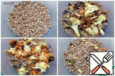 Preheat the oven to 180 degrees. buckwheat porridge is divided into three parts, vegetable frying into two parts. put a third of the buckwheat porridge in a baking dish, spread half of the vegetable roast on top. Repeat the layers of buckwheat porridge and vegetable roasting.