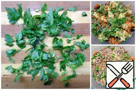 Finely chop the parsley and put it on the vegetables, cover with the remaining buckwheat porridge. bake for 15 minutes at 180 degrees.