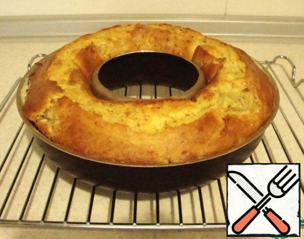 Leave the finished cake in the form for 5-7 minutes, then take it out and cool on the grill.