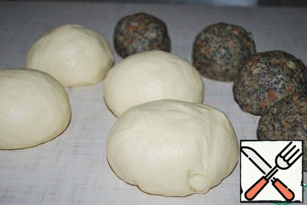 The dough meanwhile came up, it is very soft and tender. Divide the dough and filling into 4 equal parts