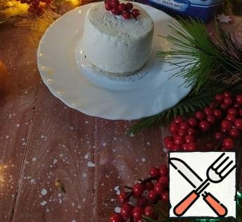 Put the sponge cake On a plate. On it, carefully turn the cheesecake and take it out of the mold. If you did it in a cooking ring, it is enough to warm up the cooking ring with a burner for a few seconds (you can warm up the silicone mold with a regular hair dryer).