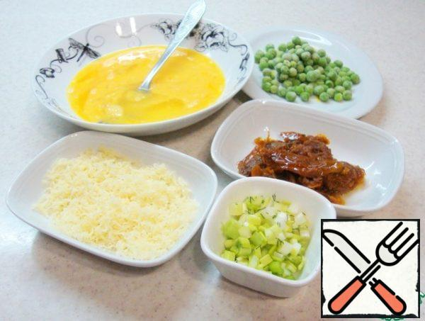 Prepare the ingredients. Grate the cheese on a fine grater. Slice the bottom of the green onion or leek. Cut the sun-dried tomatoes into small pieces. In a deep dish, break the eggs and shake with a fork.